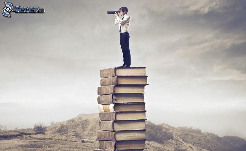 hombre, prismáticos, libros, colina