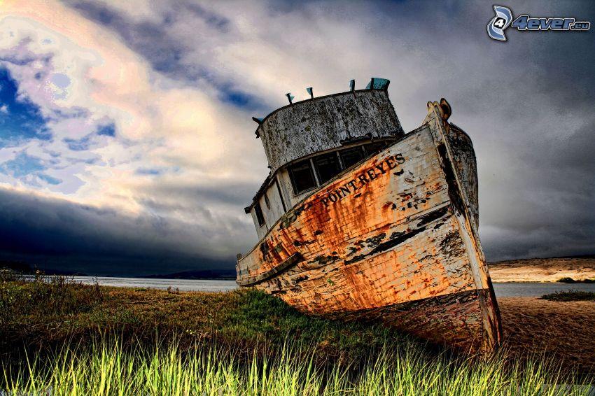 Nave abandonada oxidada, orilla, nubes, HDR