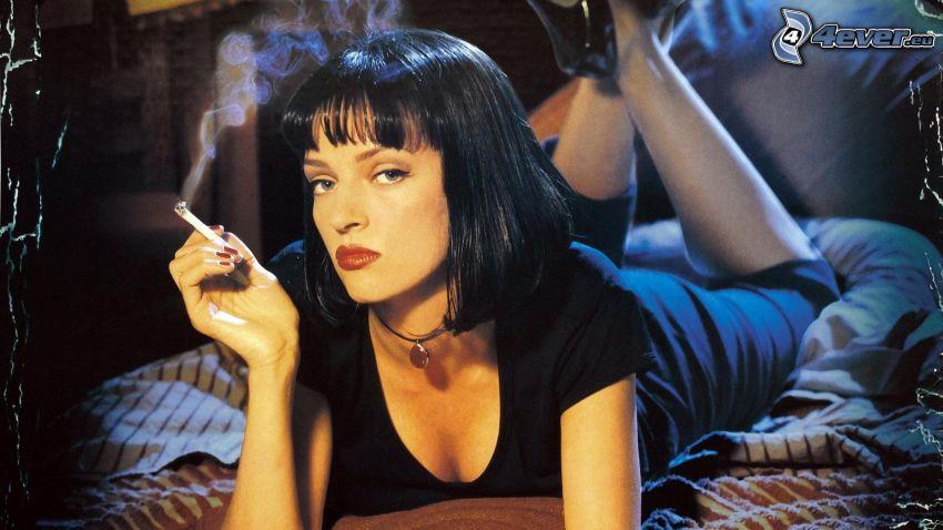 Pulp Fiction, chica con cigarrillo