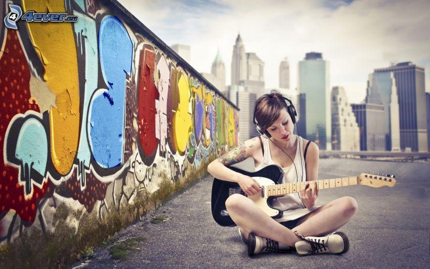 chica con guitarra, chica con auriculares, grafiti, New York