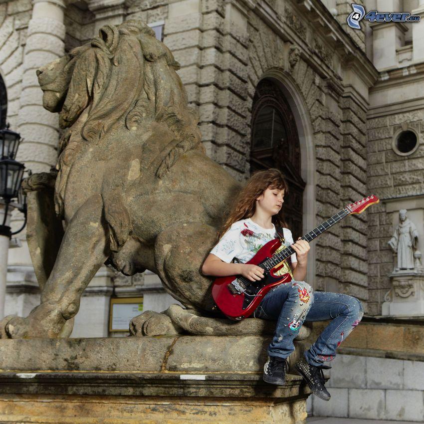 chica con guitarra, Guitarra Eléctrica, estatua de león, edificio