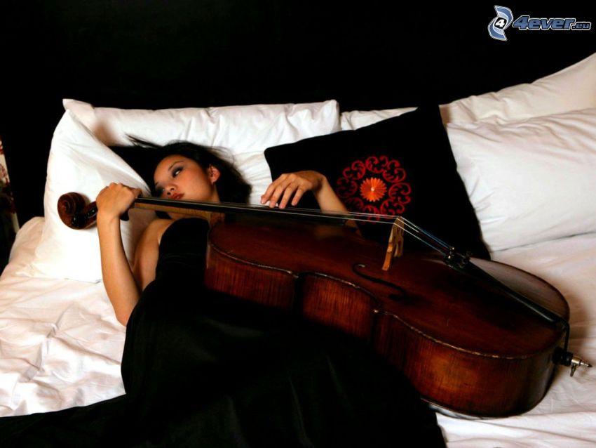 mujer en la cama, violonchelo