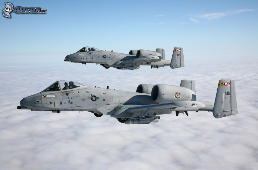 A-10 Thunderbolt II, encima de las nubes