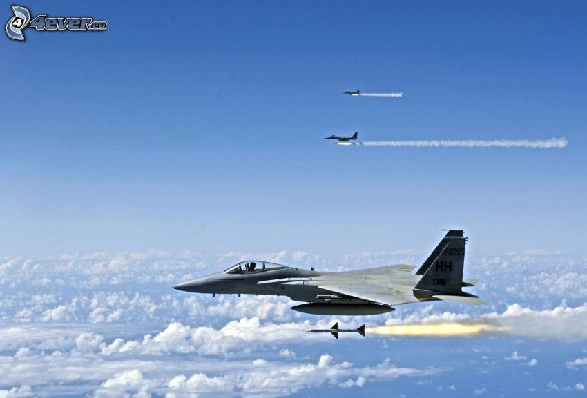 Escuadrón de F-15 Eagle, nubes, cohete