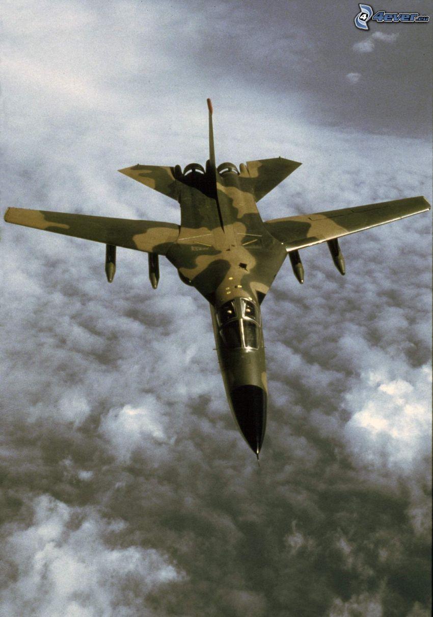 F-111 Aardvark, encima de las nubes