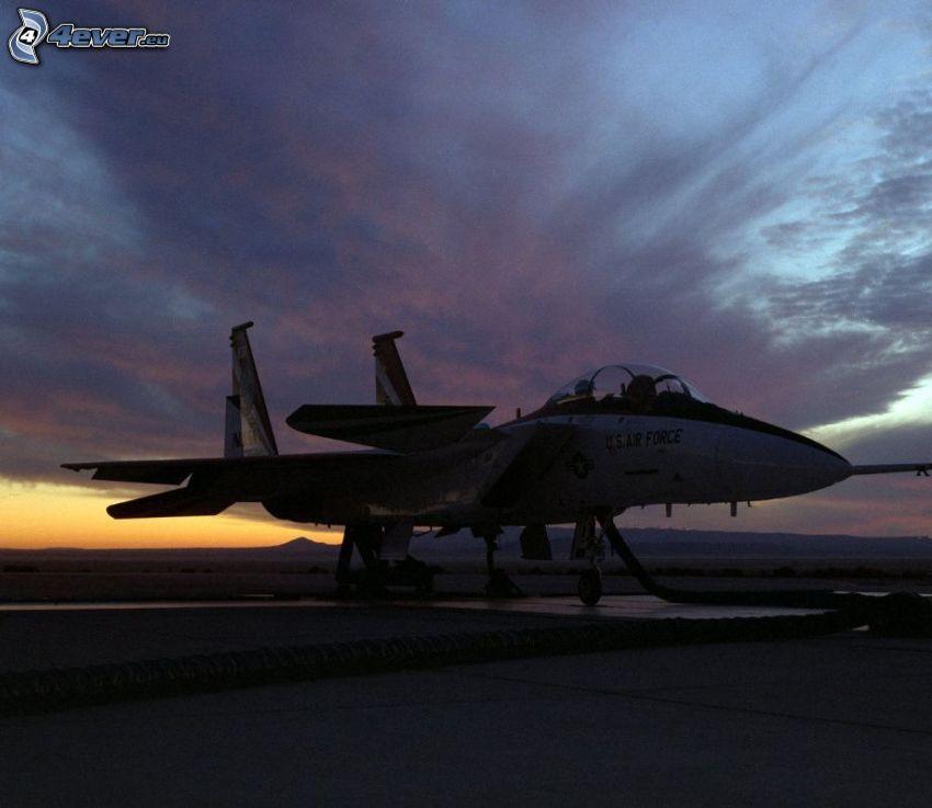 F-15 Eagle, silueta del combatiente, después de la puesta del sol