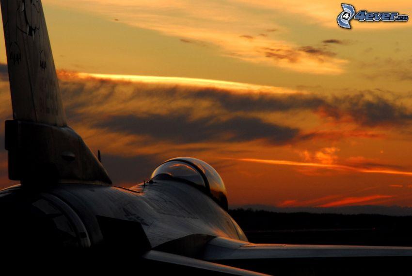 F-16 Fighting Falcon, después de la puesta del sol