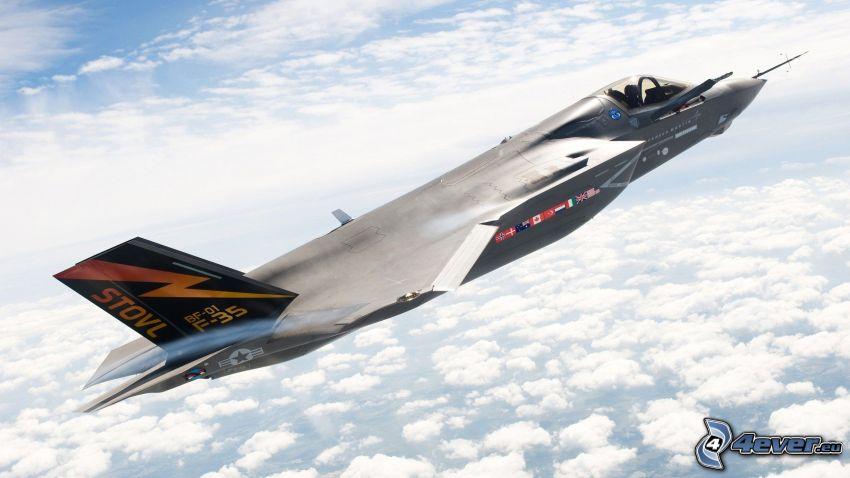 F-35 Lightning II, encima de las nubes
