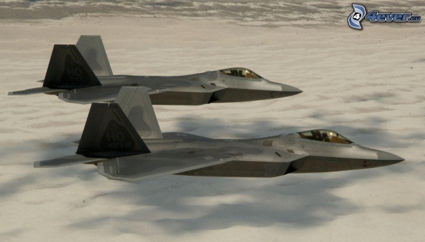 La flota de F-22 Raptor, nubes