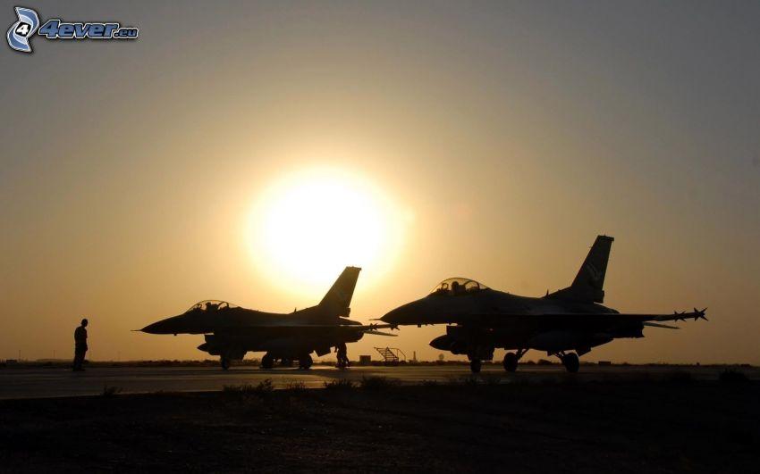 par de F-16, puesta del sol
