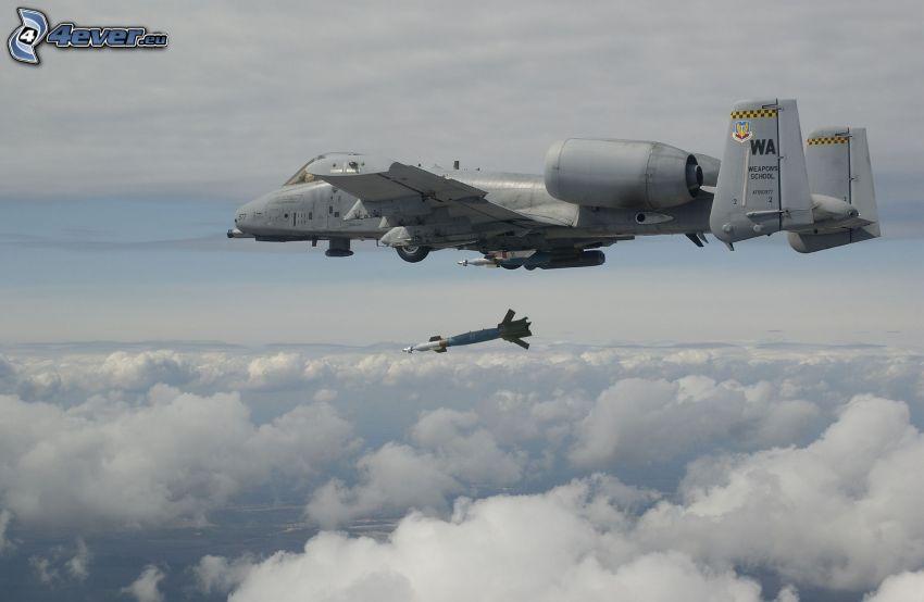 A-10 Thunderbolt II, cohete, encima de las nubes
