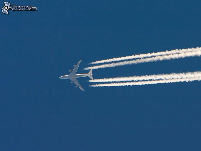 avión en el cielo, marcas de condensación