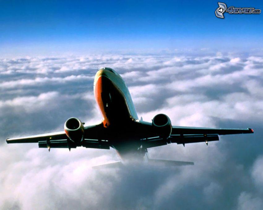 Boeing 737, encima de las nubes, avión