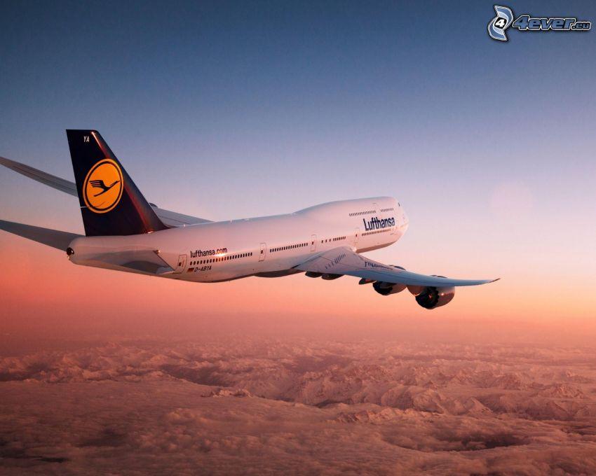 Boeing 747, Lufthansa, encima de las nubes