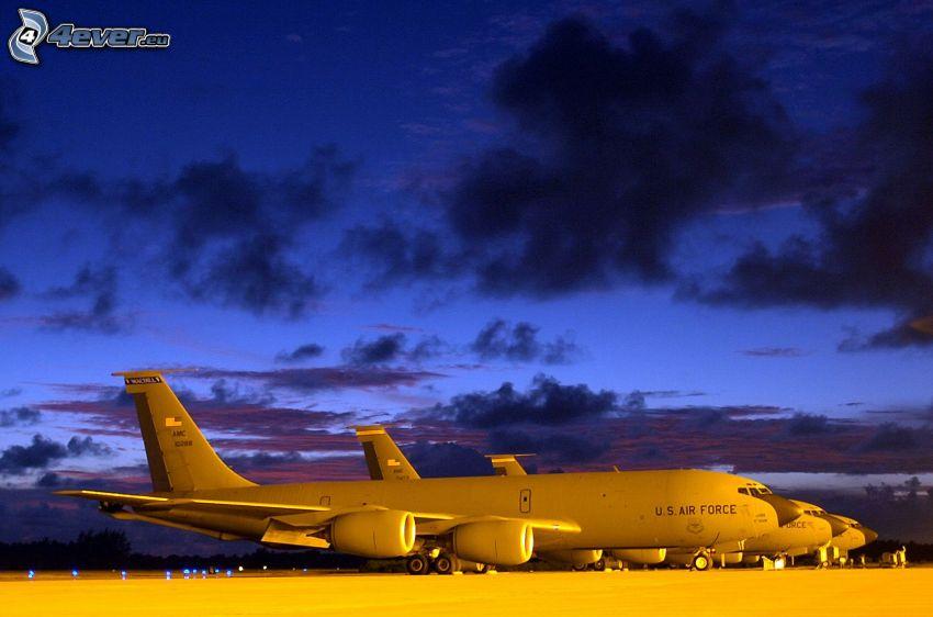 Boeing KC-135 Stratotanker, Afganistan, nubes, crepúsculo, aeropuerto