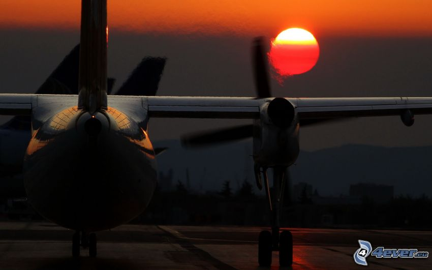 silueta de la aeronave, puesta del sol