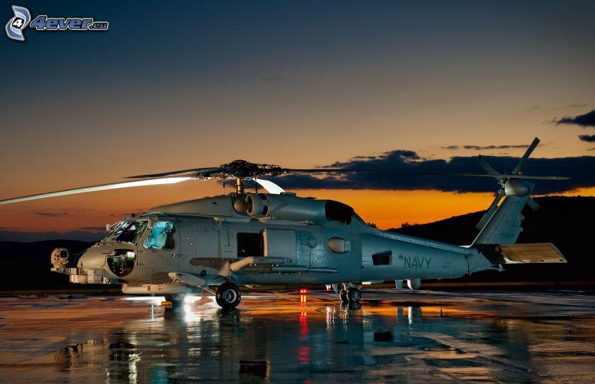 helicóptero, después de la puesta del sol