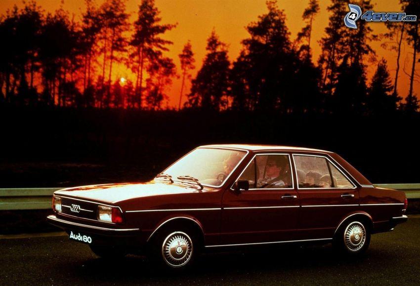 Audi 80, veterano, puesta del sol, siluetas de los árboles