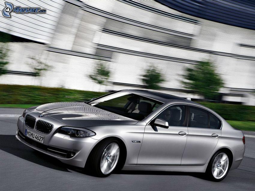 BMW 5, acelerar, edificio