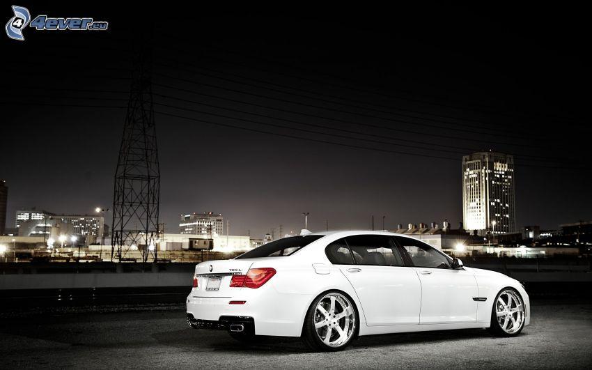 BMW 7, ciudad de noche
