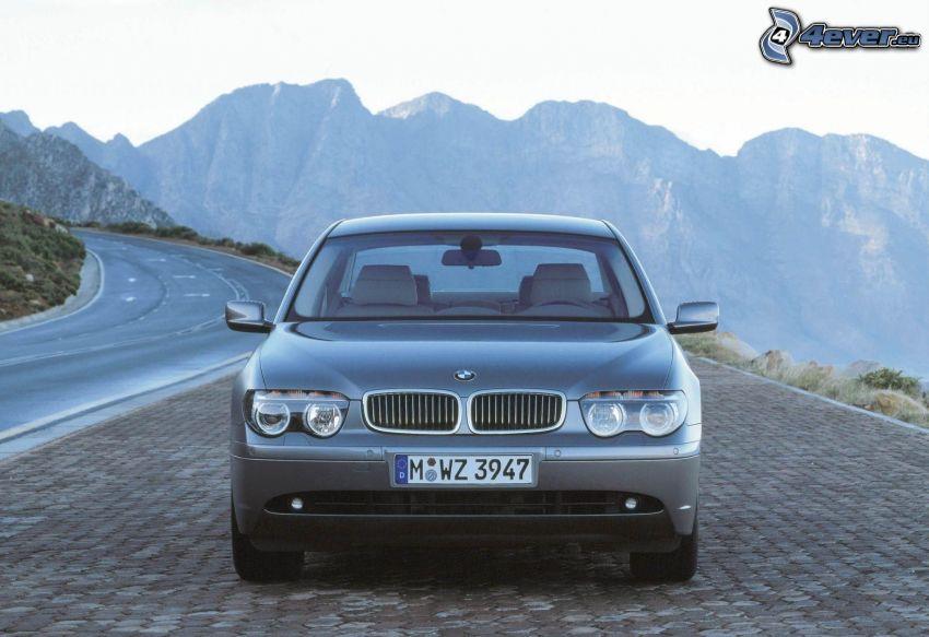 BMW 7, pavimento, montañas rocosas