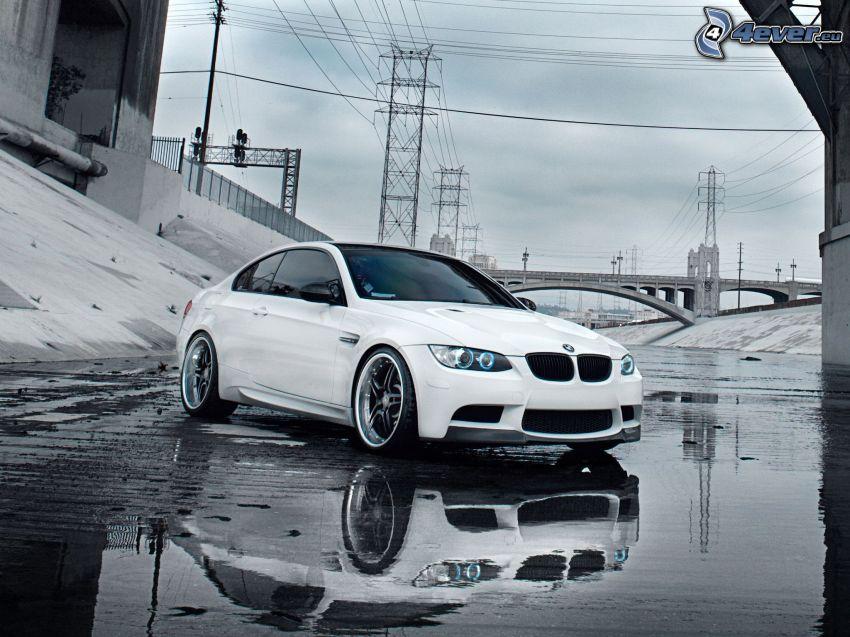 BMW M3, alambrado, charco, puente