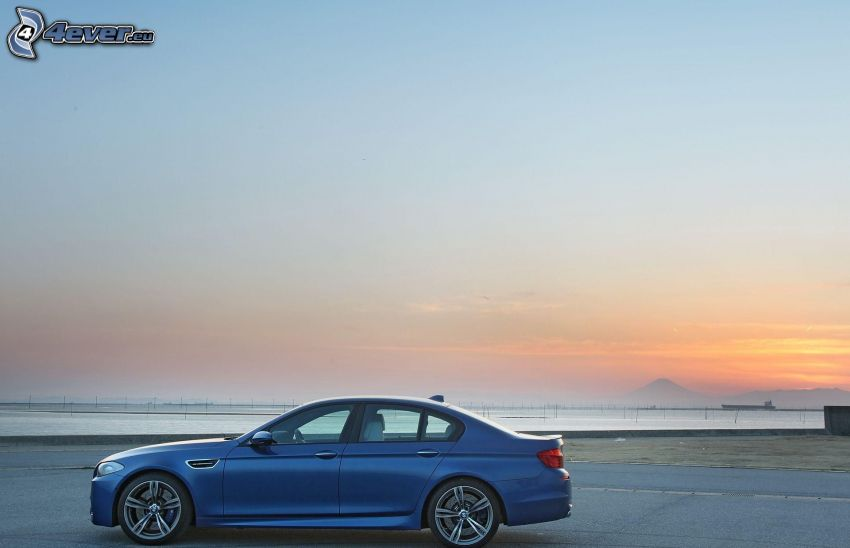 BMW M5, lago, cielo de la tarde
