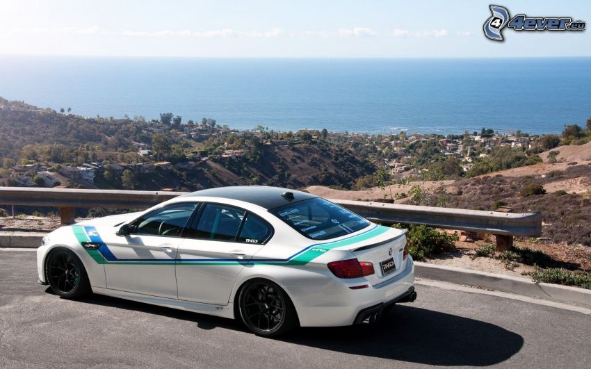 BMW M5, vista al mar