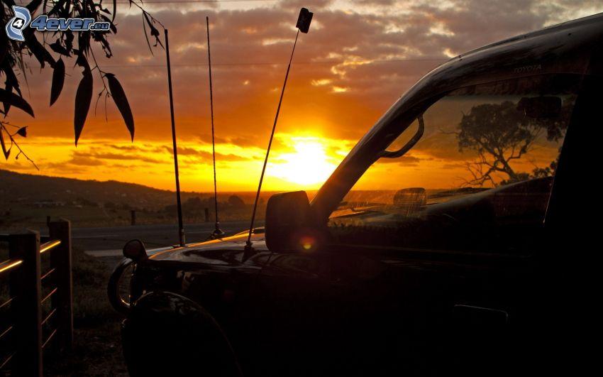 coche, puesta del sol
