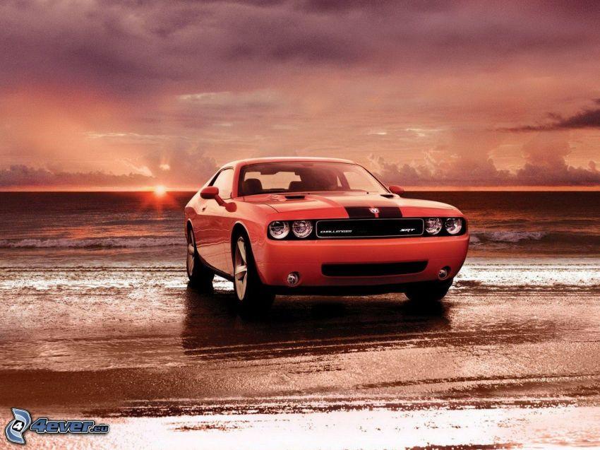Dodge Challenger, puesta de sol en el mar