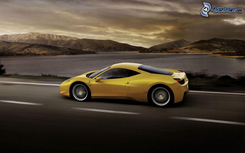Ferrari 458 Italia, acelerar, lago, sierra