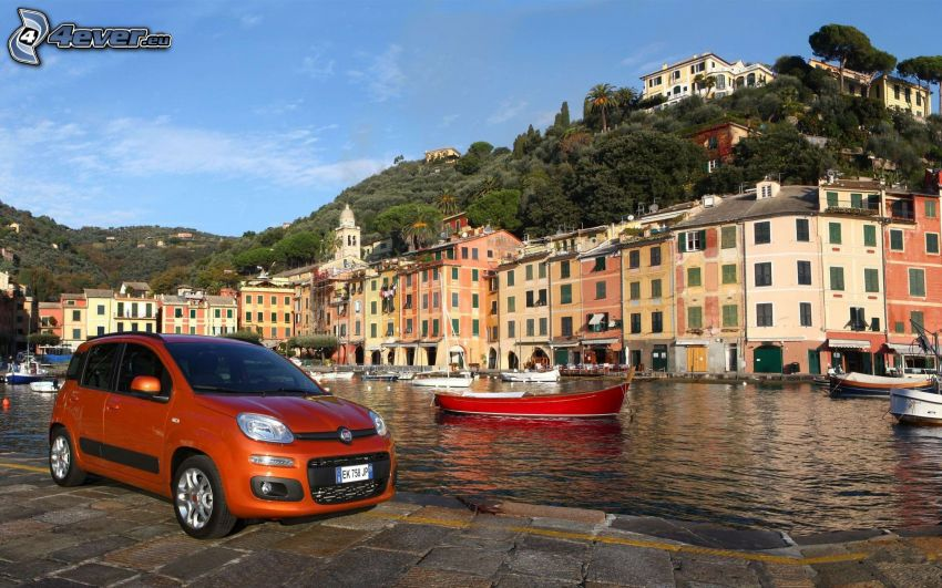 Fiat Panda, casas junto al mar, marina