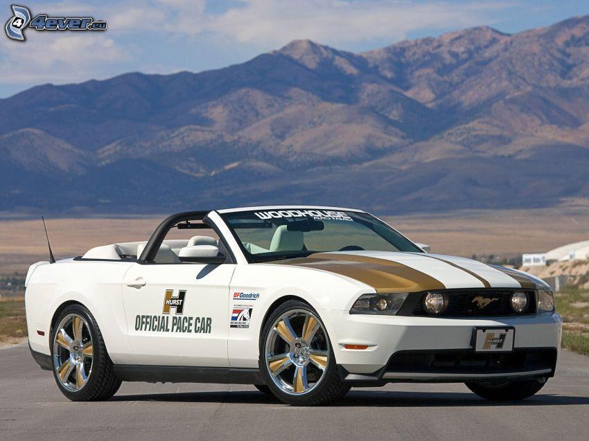 Ford Mustang, descapotable, colina