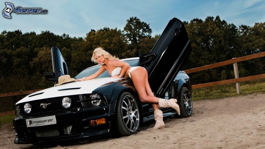Ford Mustang, sexy rubia
