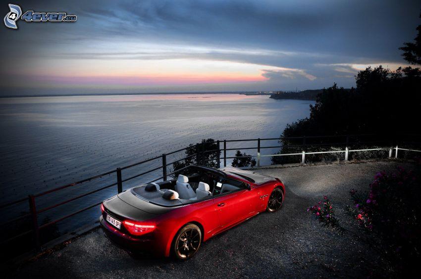 Maserati GranCabrio, vista al mar, descapotable, puesta del sol