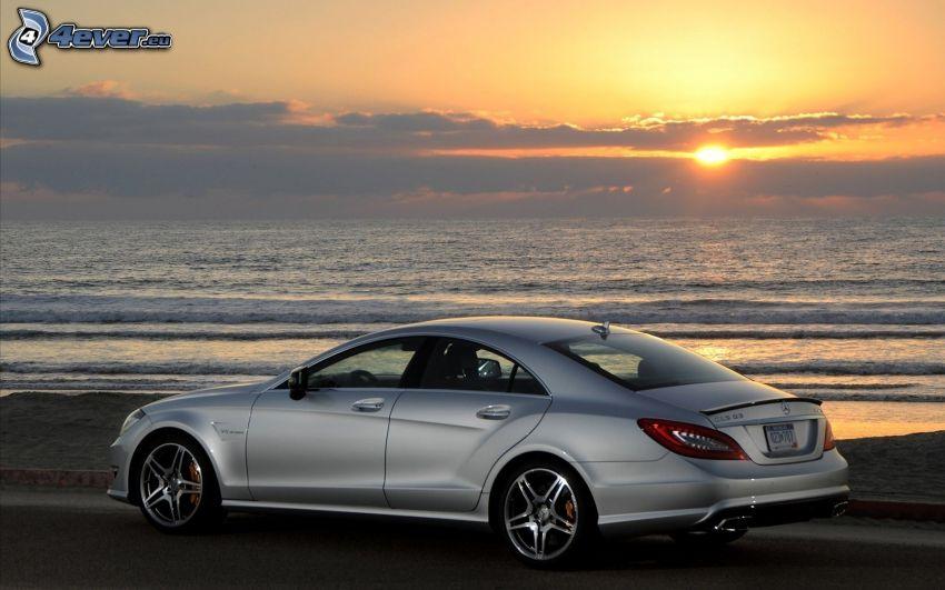 Mercedes CLS 63, puesta de sol sobre el mar