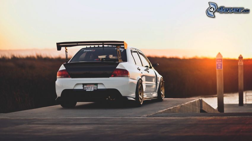 Mitsubishi Lancer, puesta del sol