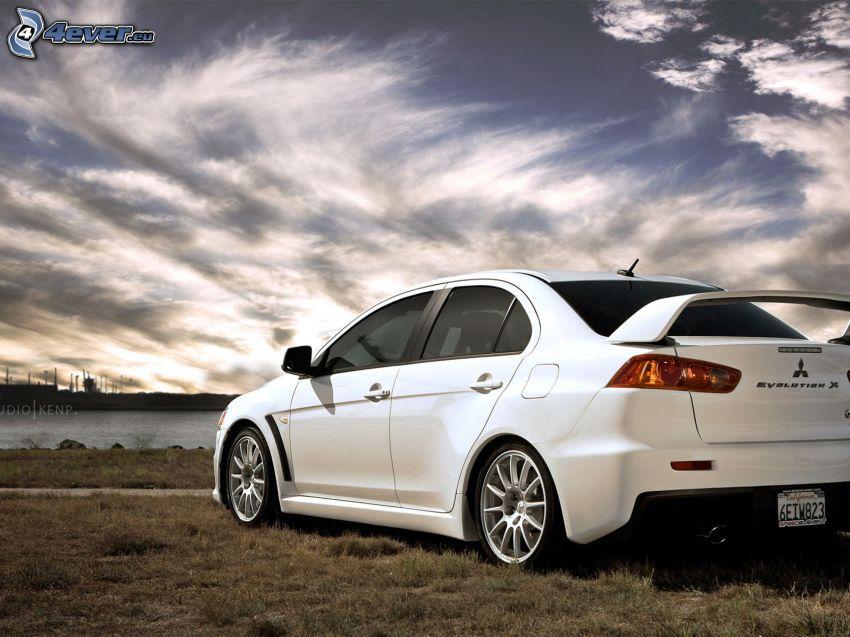 Mitsubishi Lancer Evolution X, nubes, hierba seca