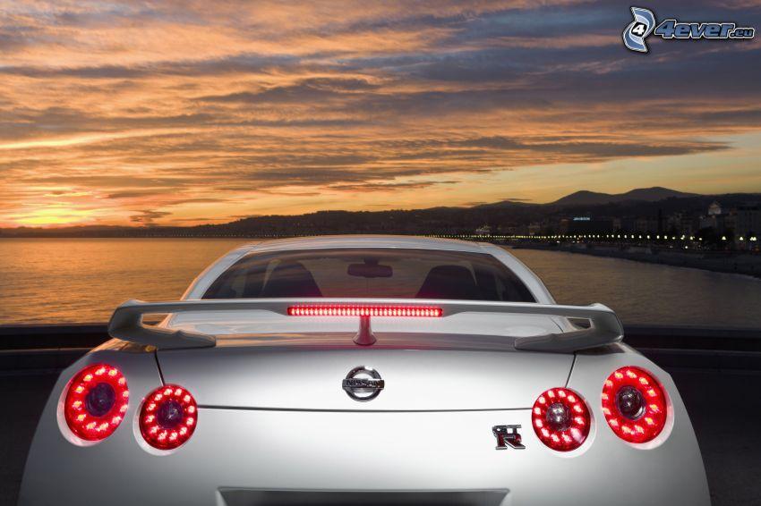 Nissan GTR, puesta de sol anaranjada