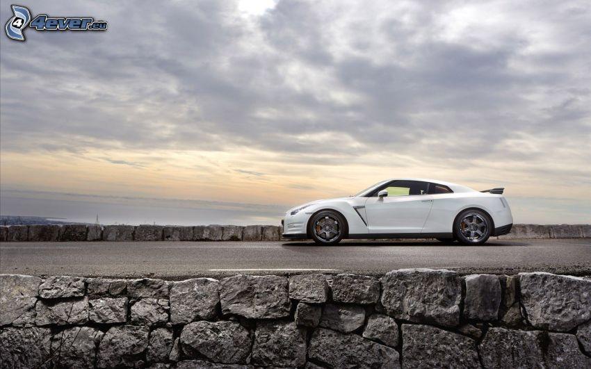 Nissan Skyline GT-R, muro de piedra