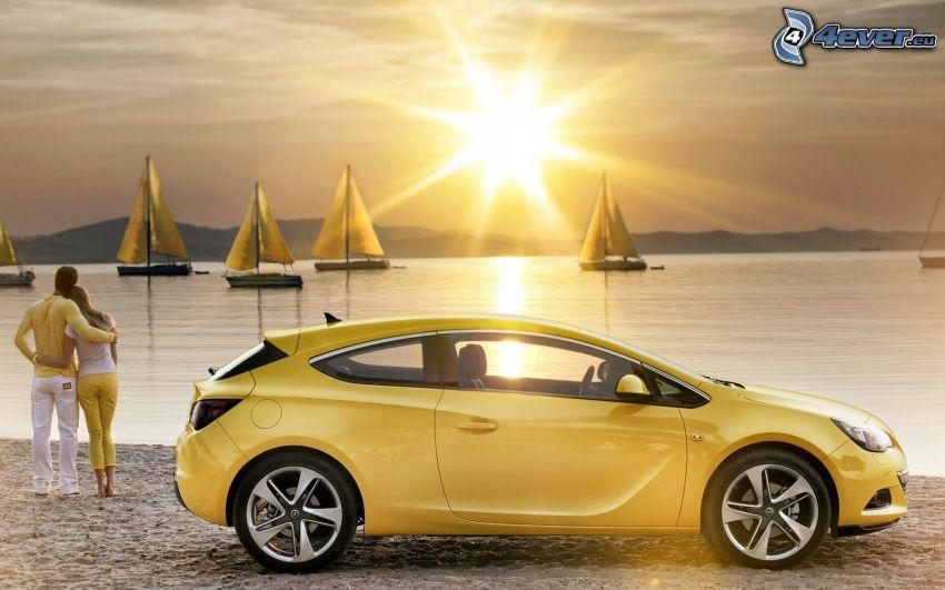 Opel Astra, pareja en la playa, mar, naves, sol