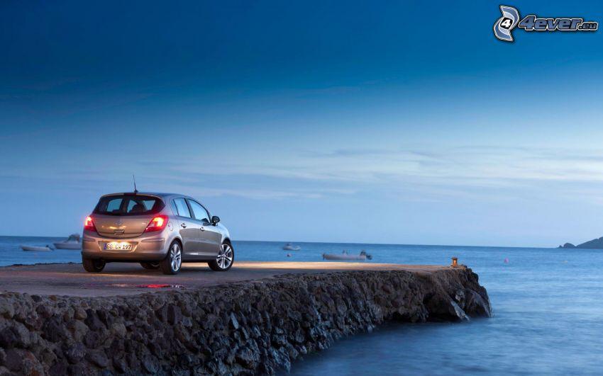 Opel Corsa, muelle, mar