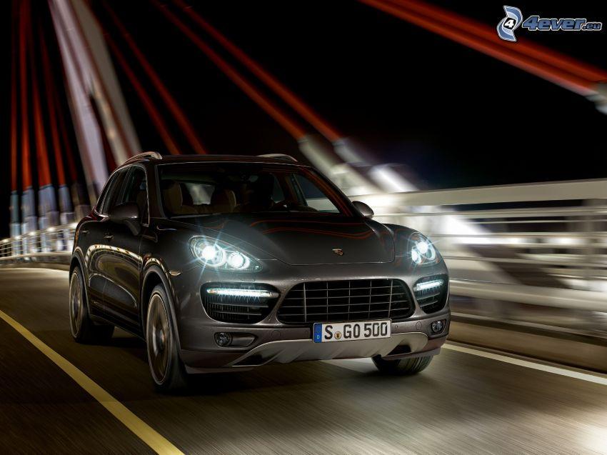 Porsche Cayenne, acelerar, puente iluminado