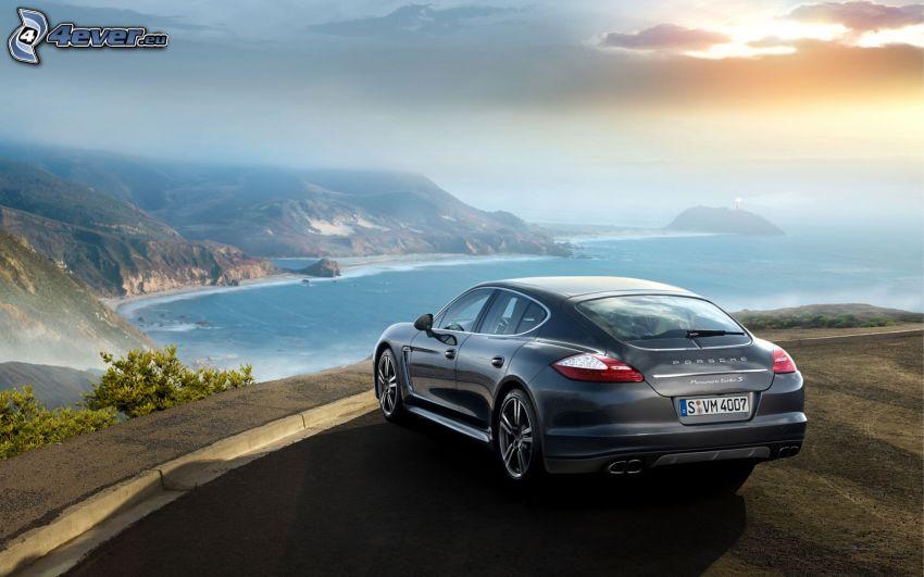 Porsche Panamera, vista al mar, colina, sol