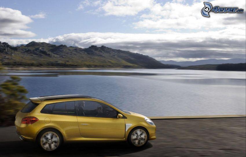 Renault Clio, acelerar, lago, colina