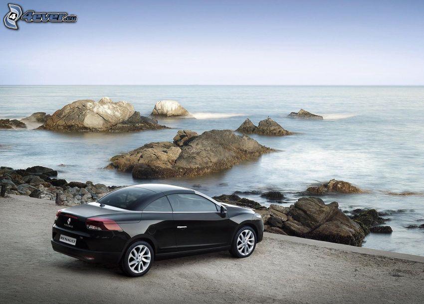 Renault Mégane, rocas en el mar