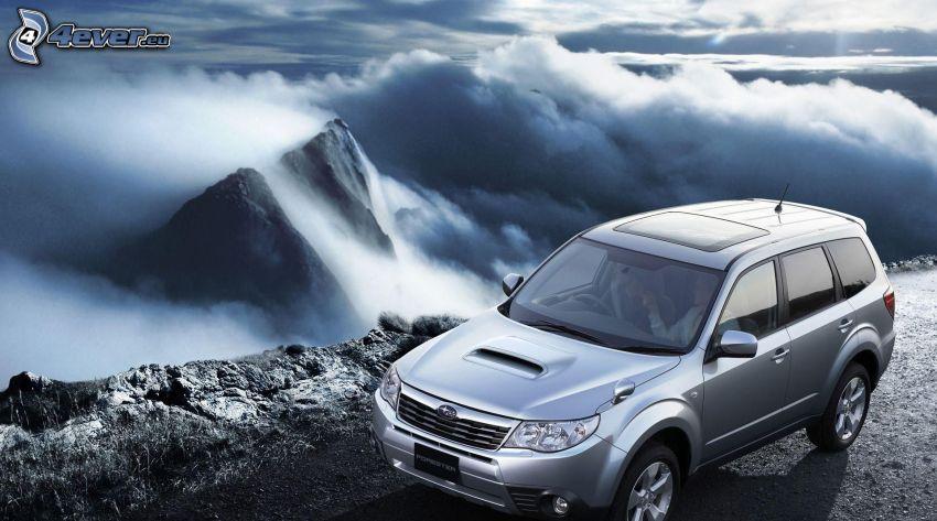 Subaru Forester, montañas altas, nubes