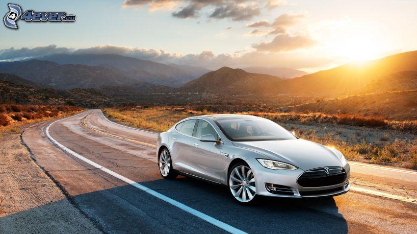 Tesla Model S, camino, puesta del sol