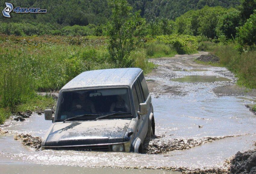 Toyota Land Cruiser, coche todoterreno, río