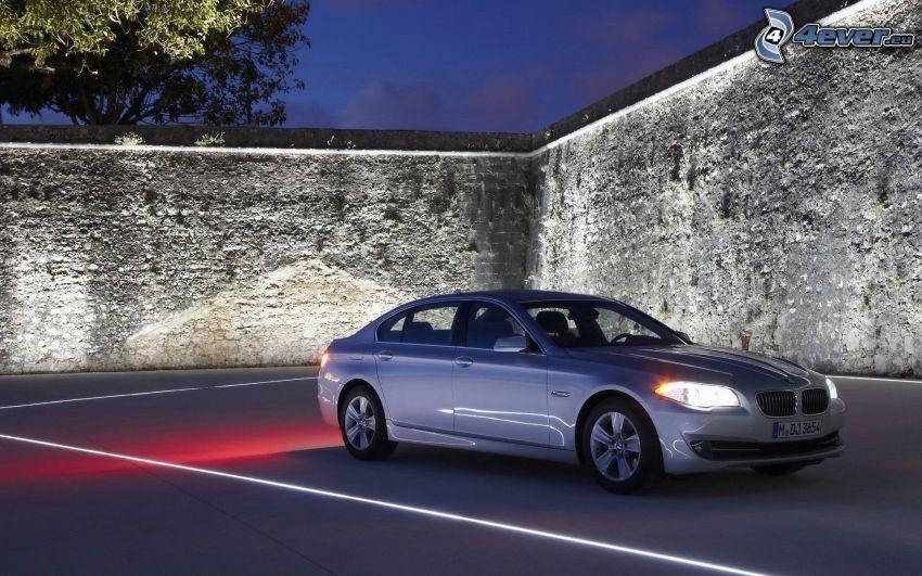 BMW 5, muro de piedra